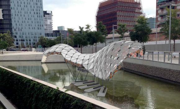 Instalación de Hypermembrane en el lago del Disseny Hub Barcelona (modelo)