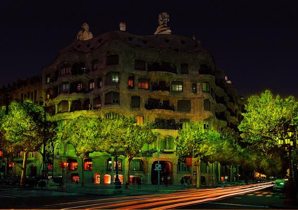 Recreación del paisaje urbano con árboles bioluminiscentes